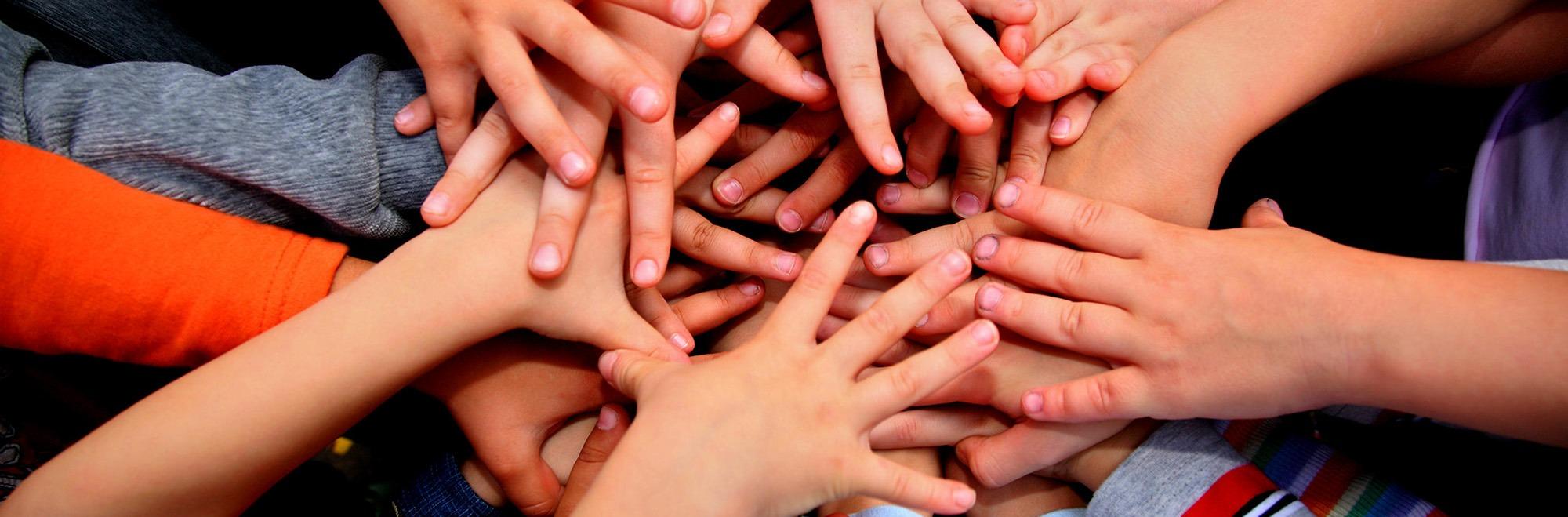 03-ajuda-mans-creuades